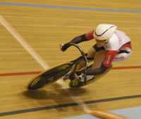 anna meares crosses the 200m line